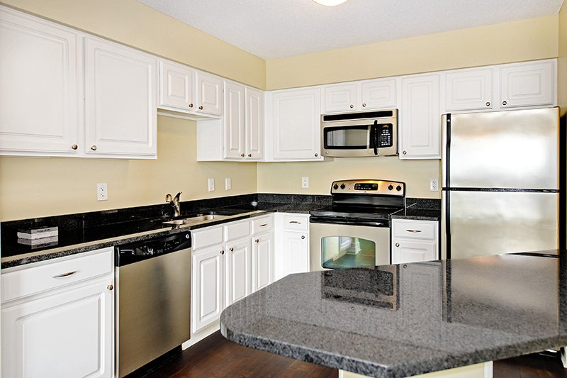 Calhoun Beach Club Apartments In Minneapolis   Kitchen